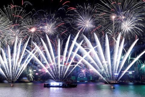 Fuegos artificiales sobre Victoria Harbour y el Centro de Convenciones y Exposiciones de Hong Kong durante un espectáculo pirotécnico para celebrar el Año Nuevo en Hong Kong, China, el 1 de enero de 2019.