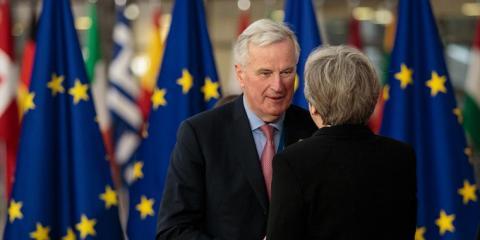 El negociador jefe de la UE, Michel Barnier, habla con Theresa May