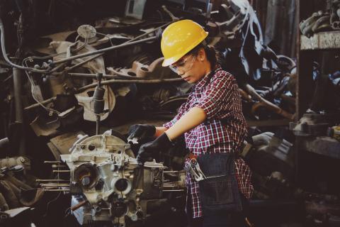 Mujer trabajando en la industria