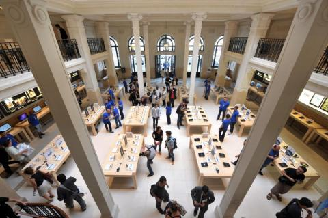 Inside, you will find a typical looking Apple store, but with a historic feel. White pillars stand strikingly tall, and black balcony railings cut through the space. Light shines down through a large-scale skylight.