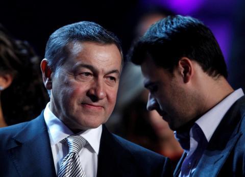 El inversor de bienes raíces ruso Aras Agalarov (L) conversa con su hijo, el cantante Emin Agalarov.