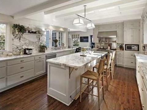 La cocina está llena de mármol blanco.