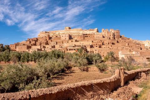 Los lugareños creen que Ait Ben Hadu fue fundada en el año 757 a.C. por Ben-Haddou, cuya tumba está, supuestamente, detrás de la ciudad.