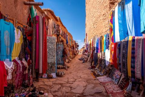 Los lugareños han establecido un pequeño mercado que vende bufandas hechas a mano, joyas y chilabas, o batas bereberes tradicionales.