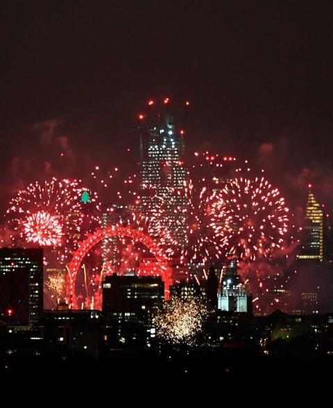 Los fuegos artificiales iluminan el cielo alrededor de la noria del London Eye para dar la bienvenida al Año Nuevo en Londres, Reino Unido, el 1 de enero de 2019.