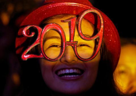 Una mujer lleva gafas con forma de año 2019 durante la fiesta de Nochevieja en Quezón, Metro Manila, Filipinas, el 31 de diciembre de 2018.