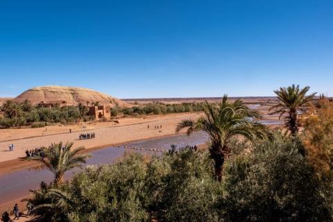Como muchos ksars, Ait Ben Hadu está construido a lo largo de una fuente de agua, el río Ounila, que hace brotar palmeras y otra vegetación desértica a lo largo de sus orillas.