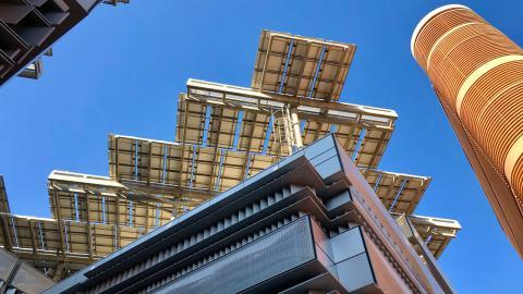 Paneles solares en el tejado de los edificios de Masdar City.