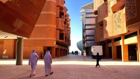 Edificios que combinan modernas técnicas de construcción con arquitectura tradicional árabe.
