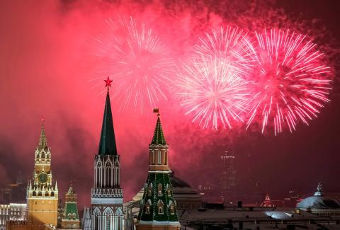 Fuegos artificiales sobre el Kremlin durante las celebraciones de Año Nuevo en Moscú, Rusia el 1 de enero de 2019.
