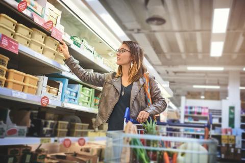 Mujer en el supermercado haciendo la compra.
