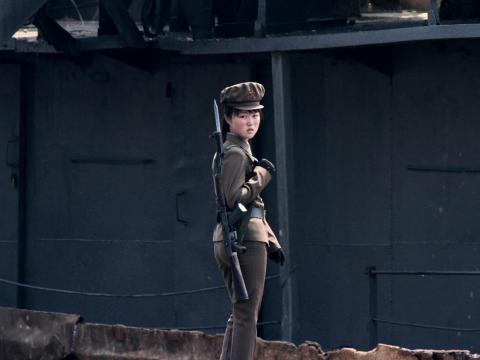 Un soldado norcoreano está de guardia a lo largo de la orilla del río Yalu, cerca de la ciudad norcoreana de Sinuiju.