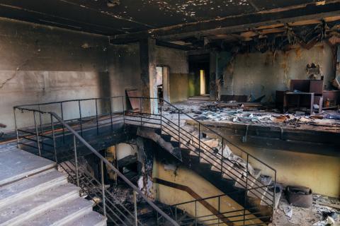 Una oficina después de ser arrasada por el fuego
