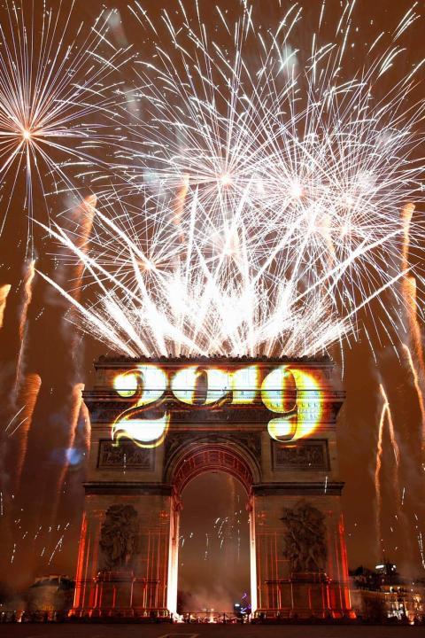 Fuegos artificiales sobre el Arco del Triunfo durante las celebraciones de Año Nuevo en París, Francia, el 1 de enero de 2019.