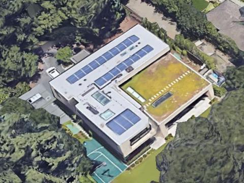Sheryl Sandberg, directora de operaciones de Facebook, se mudó a esta moderna mansión de 855 metros cuadrados en Menlo Park, California, en 2013. Cuenta con un techo verde, paneles solares y un enorme sótano.