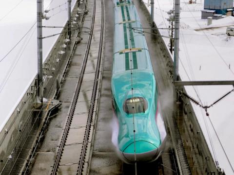 A sprinkler system using warm water keeps the Tokyo-to-Aomori Shinkansen – a high-speed train run by the East Japan Railway Company — on its tracks and the snow and ice at bay. The company told INSIDER it pumps water from local