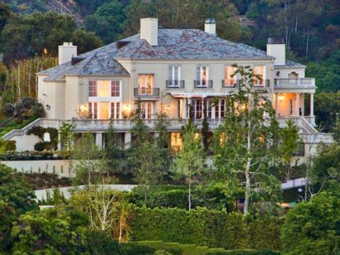 Elon Musk, fundador de Tesla, pagó 17 millones de dólares por su casa en una parcela de 6.718 metros cuadrados en la cima de una colina en el elegante enclave de Bel Air de Los Ángeles.