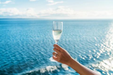 Las compañías de cruceros generalmente permiten a los pasajeros llevar hasta dos botellas de vino a bordo.