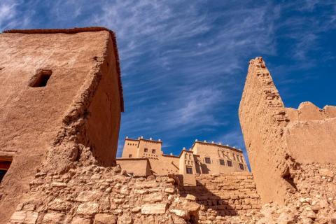 Hay una serie de casas donde viven familias bereberes locales.