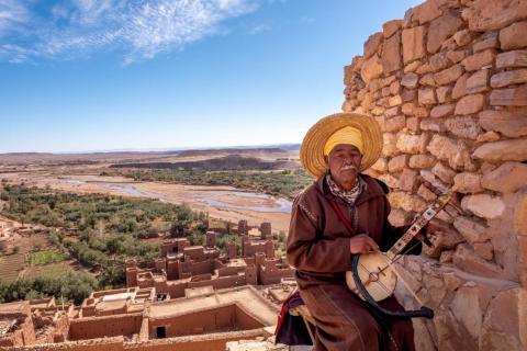 Hoy en día, los lugareños se ganan la vida principalmente guiando, tocando música o vendiendo productos a los turistas que pasan por allí.