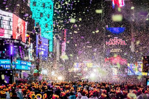 Miles de personas celebran la Nochevieja en Times Square, en el distrito de Manhattan de Nueva York, EE.UU., el 31 de diciembre de 2018.