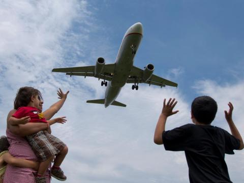 Avión sobrevolando un aueropuerto
