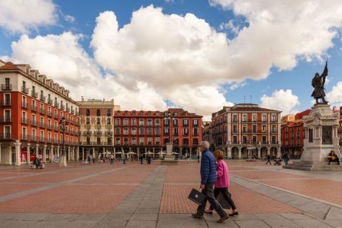 Una pareja pasea por una plaza de Valladolid.