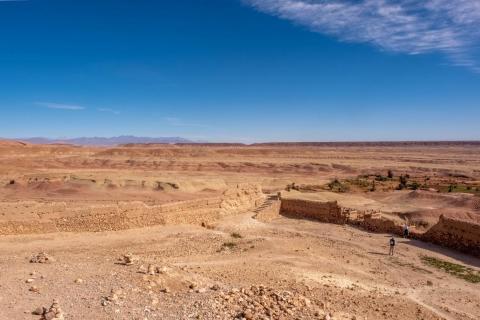 La vista desde la fortaleza en la cima es un espectacular panorama del desierto alrededor del ksar...