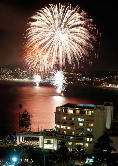 Fuegos artificiales durante un espectáculo pirotécnico para celebrar el año nuevo en la ciudad costera de Viña del Mar, Chile, el 1 de enero de 2019.