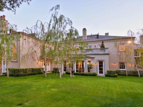 El patio es bastante extenso, y Musk y sus cinco hijos habían vivido en la casa durante tres años antes de decidir comprarla.