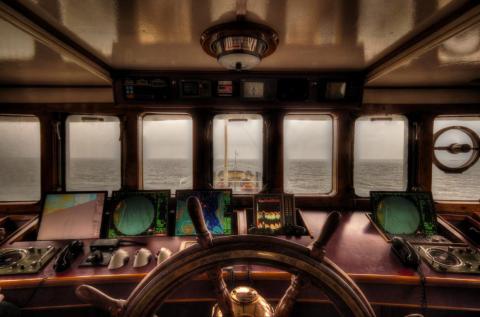Los pasajeros deben ser invitados a la caseta del timón por el capitán antes de entrar.