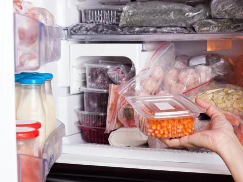 También deberías dejar de descongelar carne en el microondas