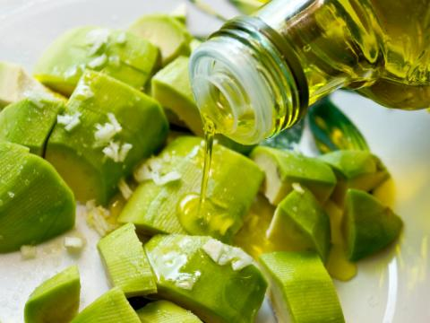 Añades demasiado aceite de oliva a tus platos.