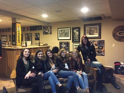 Hay seis chicas pero solo cinco pares de piernas.