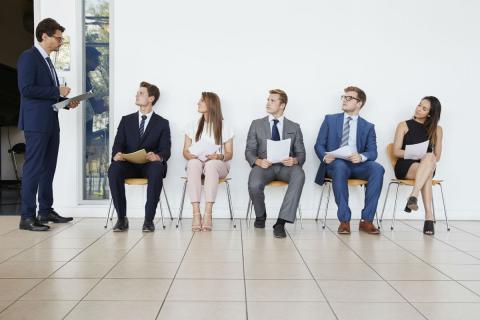 5 candidatos en una entrevista de trabajo