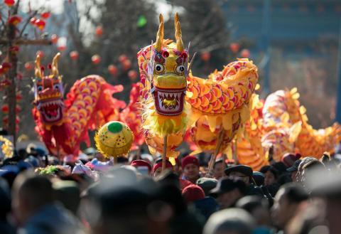 Un dragón en una celebración en China de un festival.