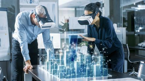 Dos arquitectos miran edificios que no existen con unas gafas VR