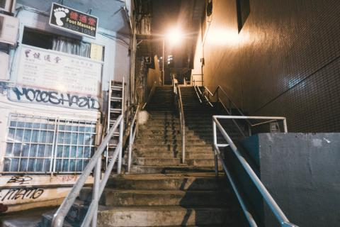 Escaleras en Hong Kong para llegar al hotel cápsula SLEEEP