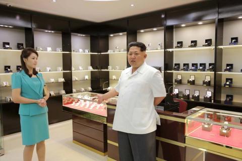 Kim Jong Un junto a su mujer Ri Sol Ju