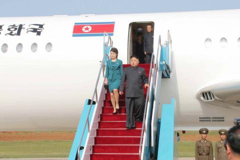 Kim Jong Un y su mujer Ri Sol Ju bajándose de un avión