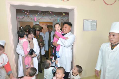Kim Jong Un y su mujer Ri Sol Ju juegan con niños en un hospital