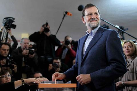 Mariano Rajoy votando en las elecciones generales de 2011