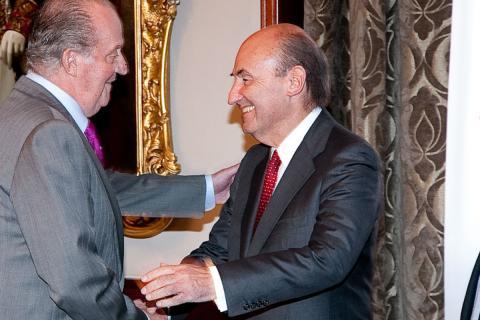 Miquel Roca, líder de CiU en el Congreso en 1995, saluda al Rey emérito, Juan Carlos de Borbón
