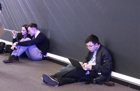 Periodista trabajando en el suelo