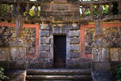 Respuesta: La puerta de la derecha.