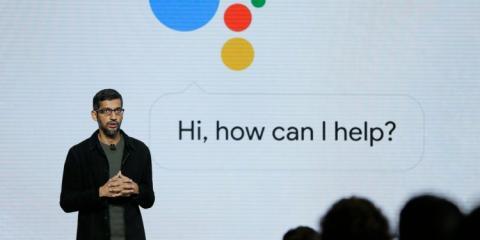 Sundar Pichai, CEO de Google mostrando cómo funciona Google Assitant