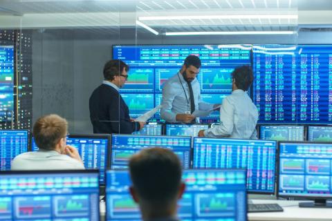 Trabajadores en una central de datos