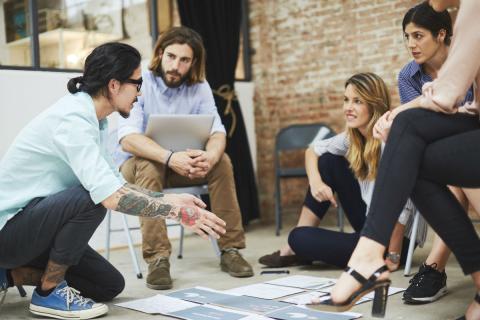 Un grupo de jóvenes en una reunión de su startup.