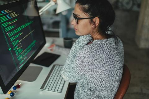 Un mujer programando