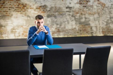 Un reclutador, antes de una entrevista de trabajo.